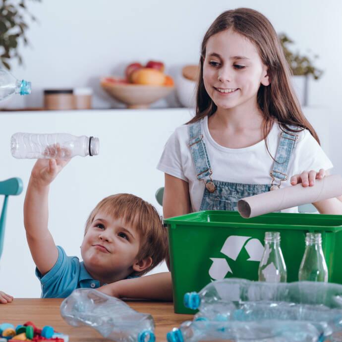 Kinderen die recycleren.