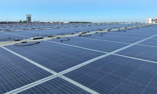 Lichtgewicht-zonnepanelen op dak van Groothandelsmarkt.