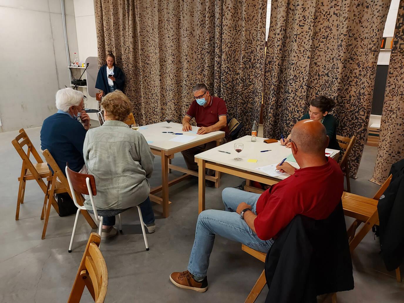 Bewoners op bijeenkomst van buurtenergiegroep.