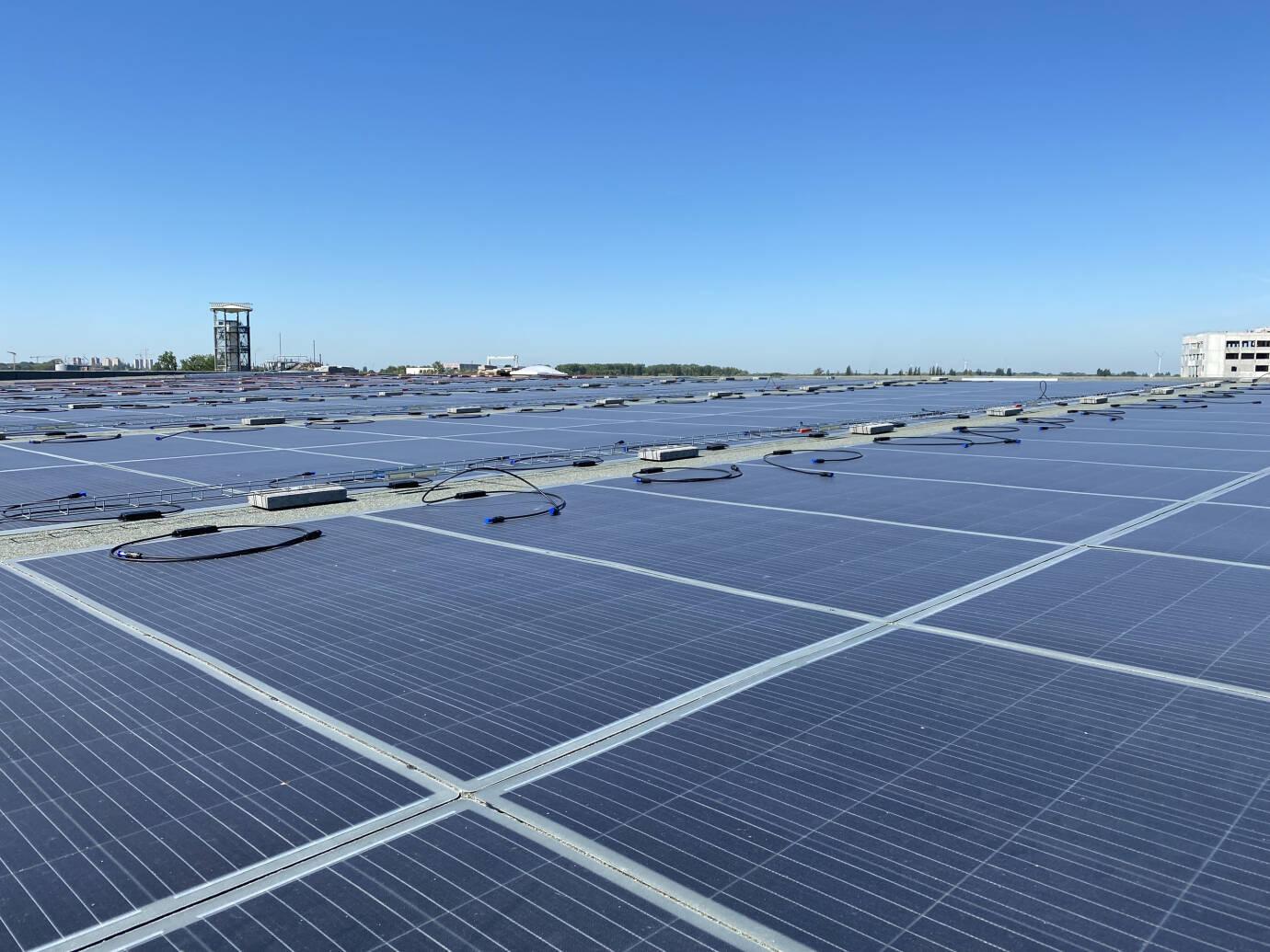 Lichtgewicht-zonnepanelen op dak.