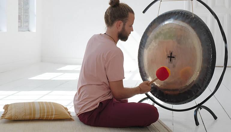 Tim Schipper over Kundalini yoga, yogapsychologie en het gongbad