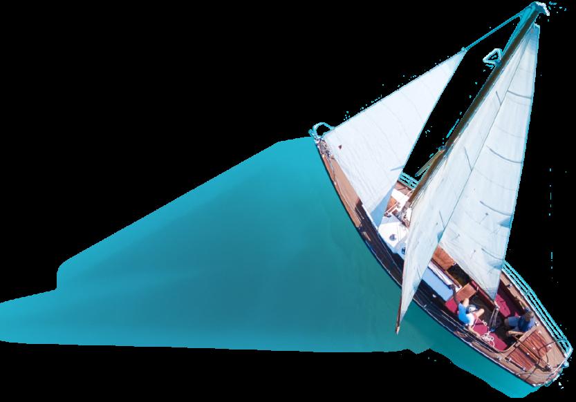 Foto-illustratie van zeilboot op zee. De wind, die uit verschillende richtingen komt, wordt gevisualiseerd door teksten met belangrijke thema's in de waterwereld als: klimaatadaptatie, energietransitie en waterkwaliteit.