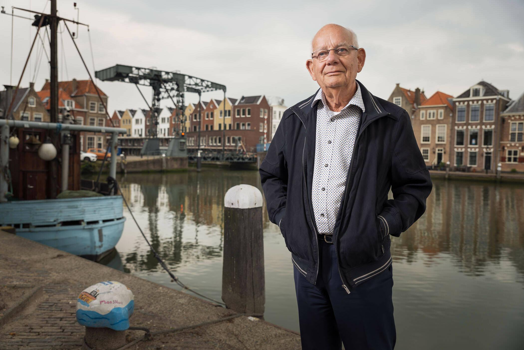 Foto van Piet Stamperius voor een binnenhaven.