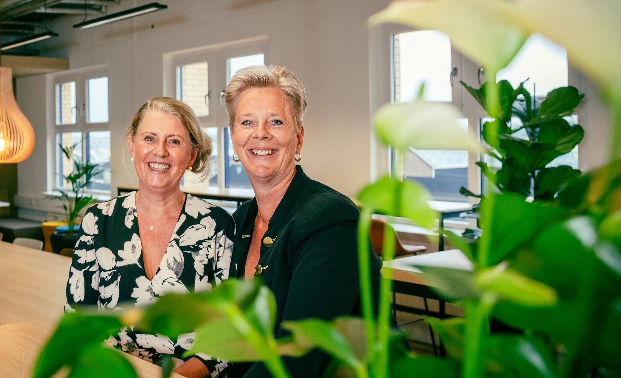 Foto van Petra Angelone en Jet Gerssen in het gebouw van STOWA.