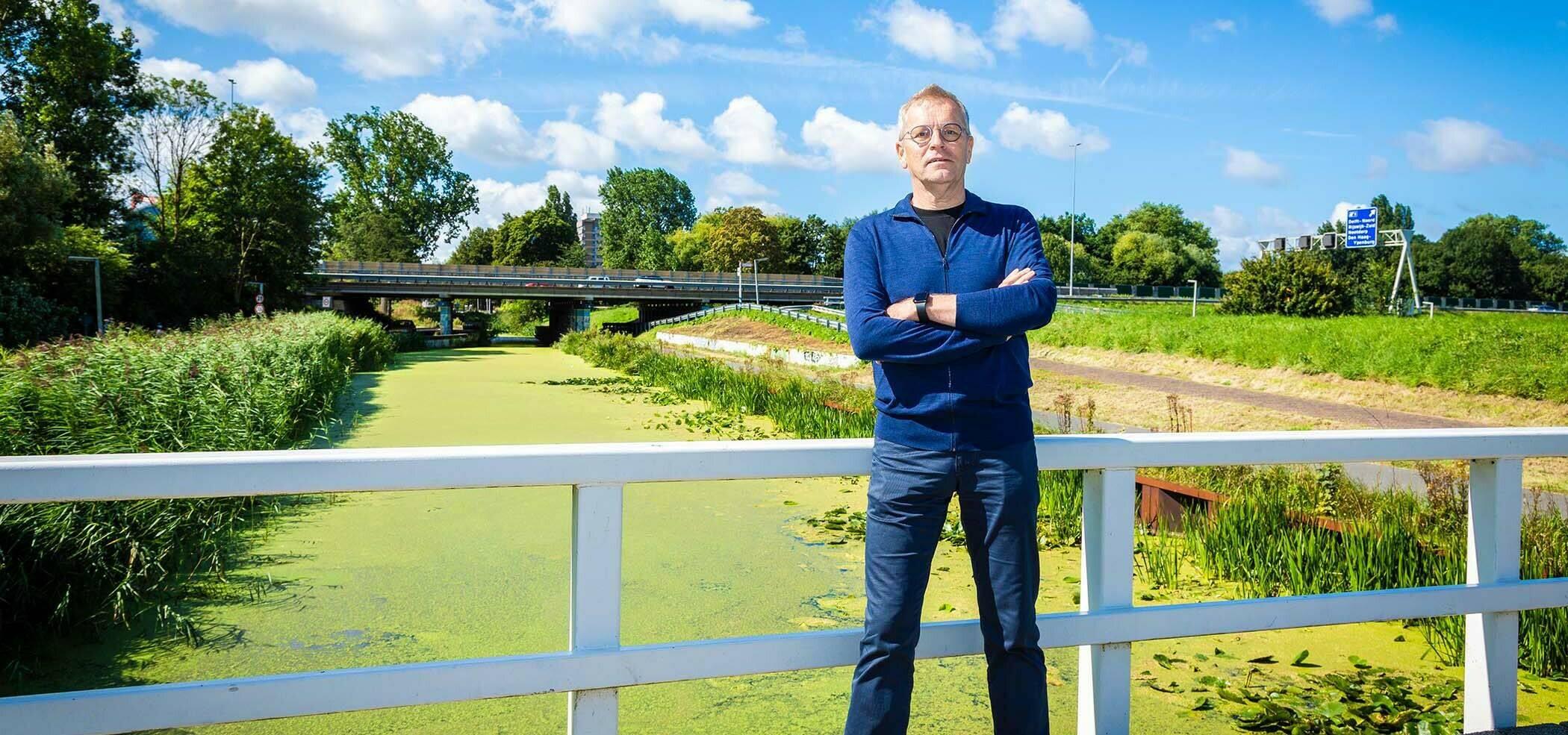Foto van Peter Paul Gerbrands op een bruggetje over een sloot op een zonnige dag.