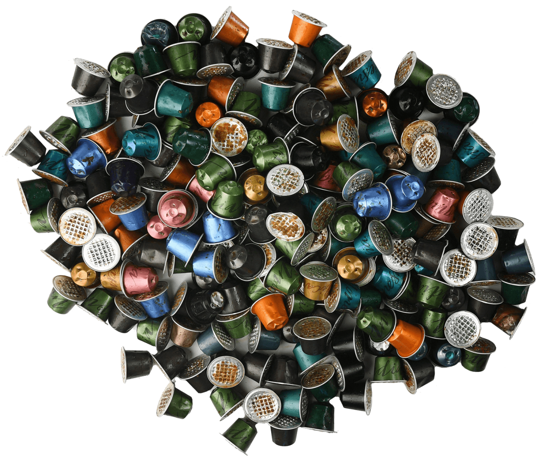 Foto van een berg gebruikte Nespresso capsules.