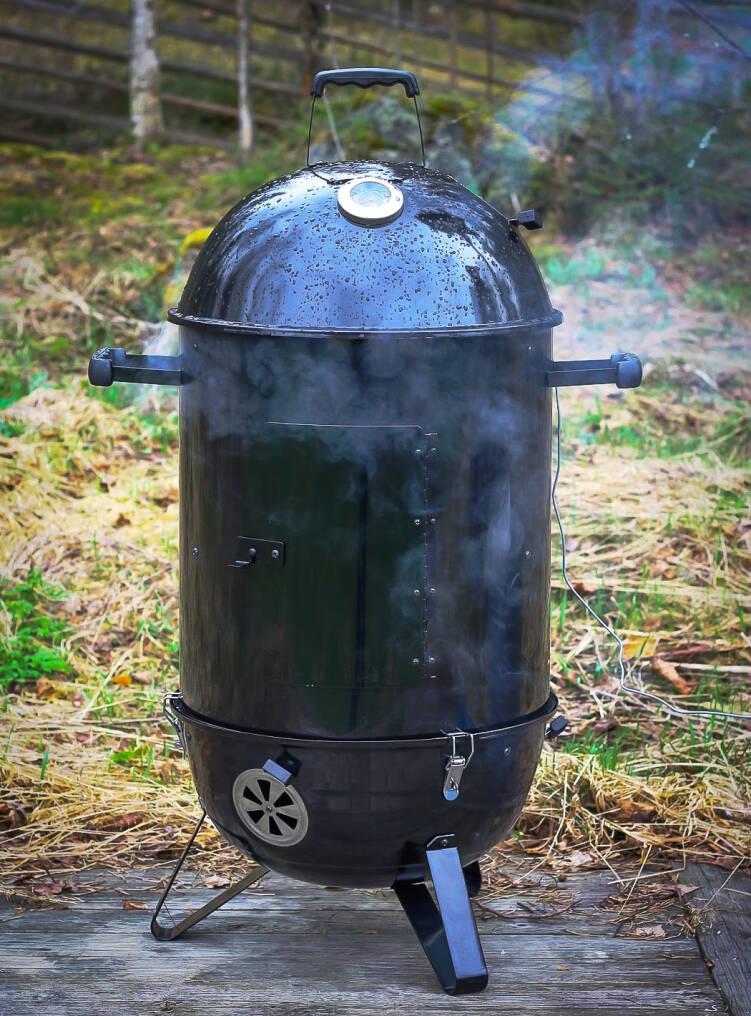 barbeque_bbq_grillattu_kauriin_satula_range_rebel_smoker_45_hiilisavustin_grilli_toiminnassa.jpg